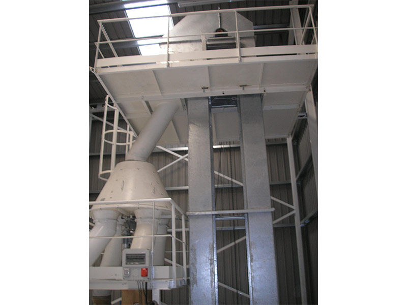Tolva y elevador vertical de cangilones